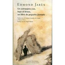 Un extranjero con, bajo el brazo, un libro de pequeño formato